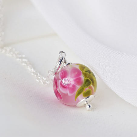 Essential necklace with fuchsia glass flowers