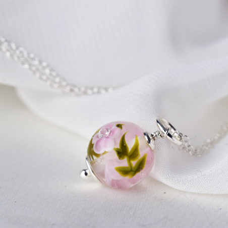 Essential necklace with magnolia glass flowers