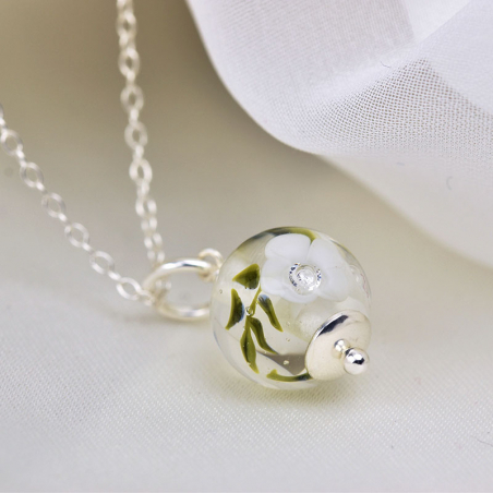 Essential necklace with white glass flowers