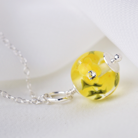 Essential necklace with buttercup...