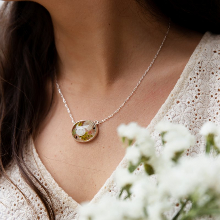 Aimée necklace with glass ivory roses...