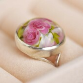 Tadah! 🎉 Do you remember the work in progress from a few days ago? This is the result! A beautiful sterling silver ring with a fuchsia glass rose. 🌹⁠ ⁠ ---⁠ ⁠ 🇫🇷 Et voilà le travail ! Résultat du projet en cours montré il y a peu. Une bague Galina en argent massif et rose de verre en fuchsia. ⁠ ⁠ ⁠ ⁠ #prettylittleiiinspo #slowlife #whimsicalwonderfulwild #ofwhimsicalmoments #aseasonalshift #theslowdowncollective #fairytale #ethereal #moonchild #lavieparisienne #fairy #howtobeparisian #quietinthewild #parisianchic #parisvibes #cottagecoreaesthetic #cottagecore #frenchvibes #victoriandress #romanticdress #janeausten #witchaesthetic #futureheirlooms #littlewonderersdiary #frenchgirl #fae #prideandprejudice #fairies #faery #mrdarcy